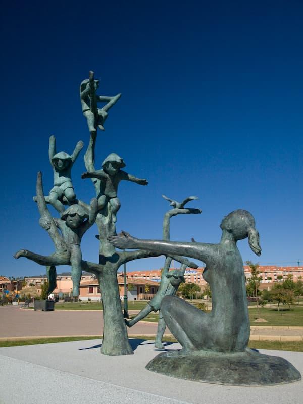 Escultura de la maternidad del parque Huerta Otea